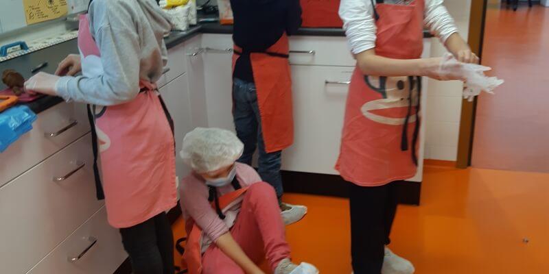 onze bakkers; hun werkkleding = coronaproof